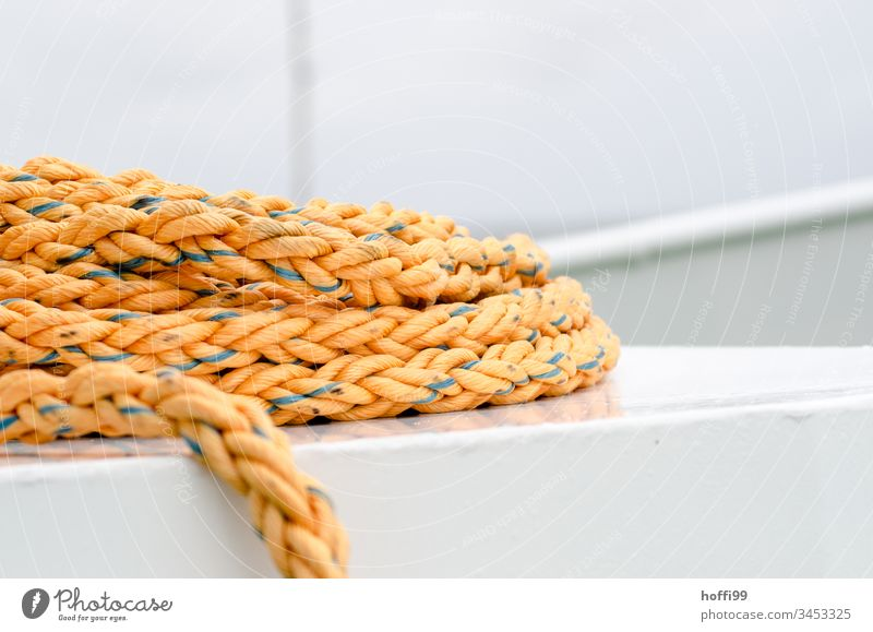 Seil auf der Fähre Tau Schlinge Boot Bootsdeck fixieren maritim Schifffahrt Wasser Nahaufnahme Fischerboot Hafen Wasserfahrzeug Jachthafen rund Vogelperspektive