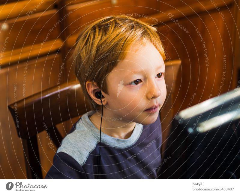 Süßer kleiner Junge spielt konzentriert am PC Computer Kind Technik & Technologie spielen Internet Freizeit männlich Person jung Lifestyle wenig Musik modern