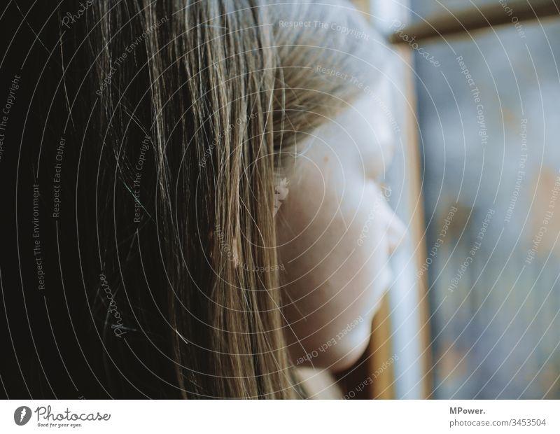 QuarantäneKind Zuhause Fenster Kopf sehen Haare traurig Aussicht allein gelangweilt Gesicht Kindheit Traurigkeit Einsamkeit Menschen Denken Mädchen Porträt jung