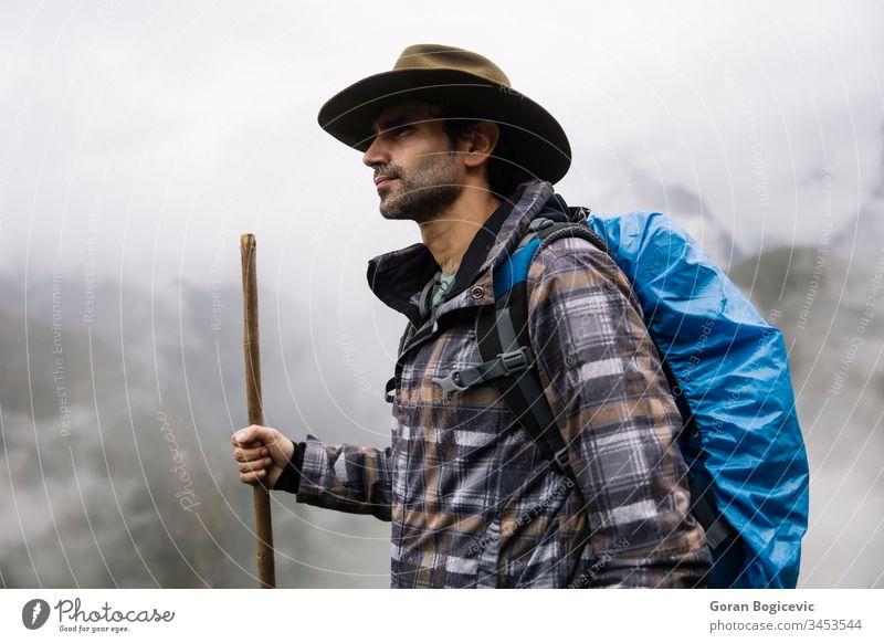 Blick auf den jungen Mann in den Ruinen von Machu Picchu Inca in Peru Abenteuer amerika antik Anden Archäologie Architektur Zivilisation cusco Cuzco