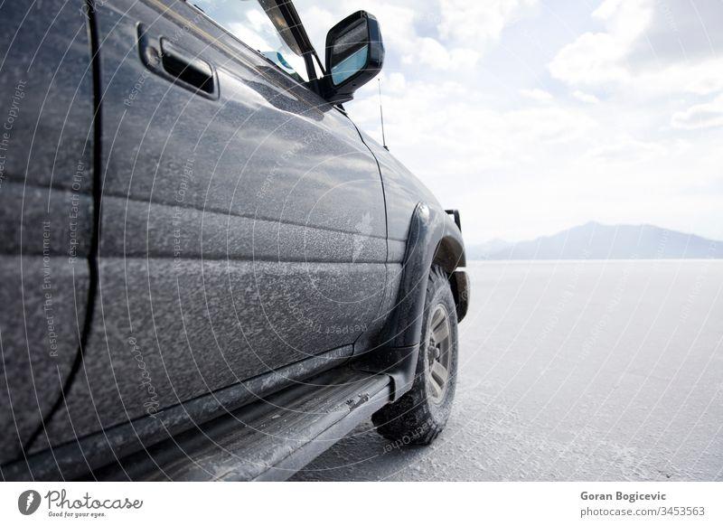 Geländewagen in der Salar de uyuni-Salzebene in Bolivien Oberfläche weiß Mineral Farbe Natur im Freien Verkehr Transport Fahrzeug wüst Laufwerk reisen blau Rad