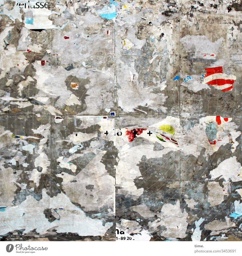 Kommunikationsfetzen trashig plakatwand fragmente papier abgerissen werbung kommunikation kaputt reste buchstaben zeichen symbole verwirrung irritation