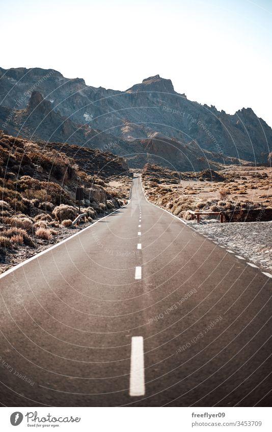 Leere Straße zu den Bergen auf Teneriffa, Spanien Asphalt Sauberkeit Klarer Himmel Klippe Cloud Wolkenlandschaft Landschaft Kurve Trennlinie Laufwerk leer