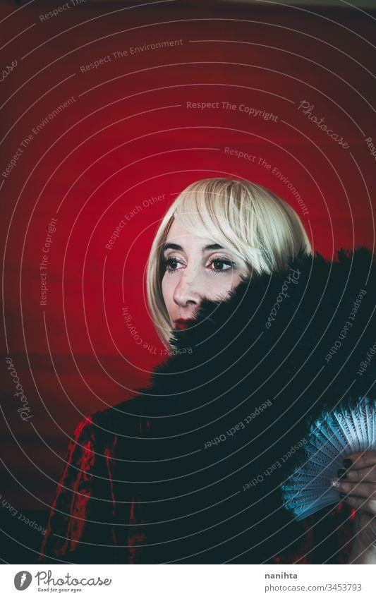 Porträt einer blonden Frau im Vintage-Stil, die von einem Handfächer bedeckt ist Kabarett Theater benutzerdefiniert Schauspielerin altehrwürdig retro Zirkus