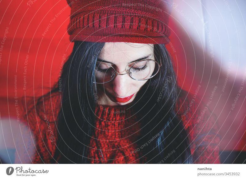 Künstlerisches Studioporträt einer brünetten Frau vor rotem Hintergrund Reflexion & Spiegelung Einfluss künstlerisch Porträt cool anders wirklich echte Frau
