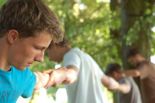 teambuilding live Abenteuer Sommer Mensch maskulin Junger Mann Jugendliche 4 13-18 Jahre Kind Baum T-Shirt festhalten selbstbewußt Erfolg Kraft Willensstärke