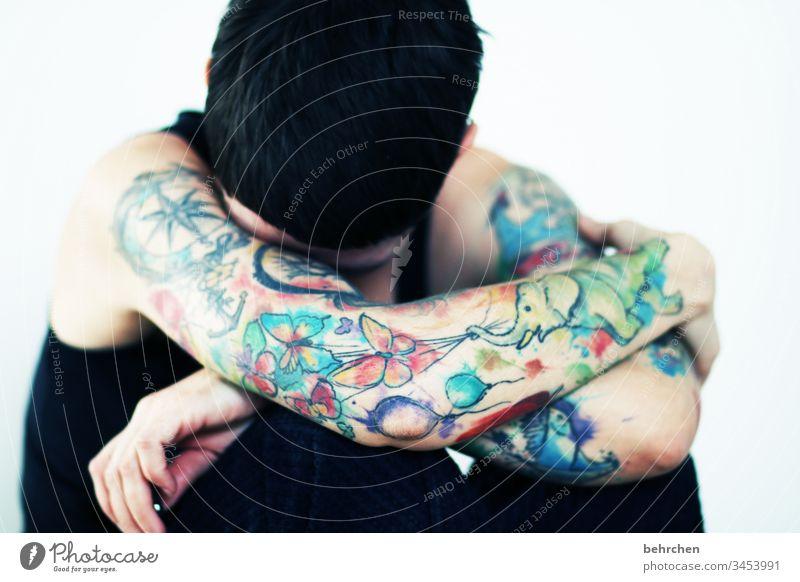 traurig sein allein isoliert melancholie Depression verletzlich intensiv Kummer tattoos Scham weinen Erschöpfung Enttäuschung Einsamkeit schmetterlinge bunt