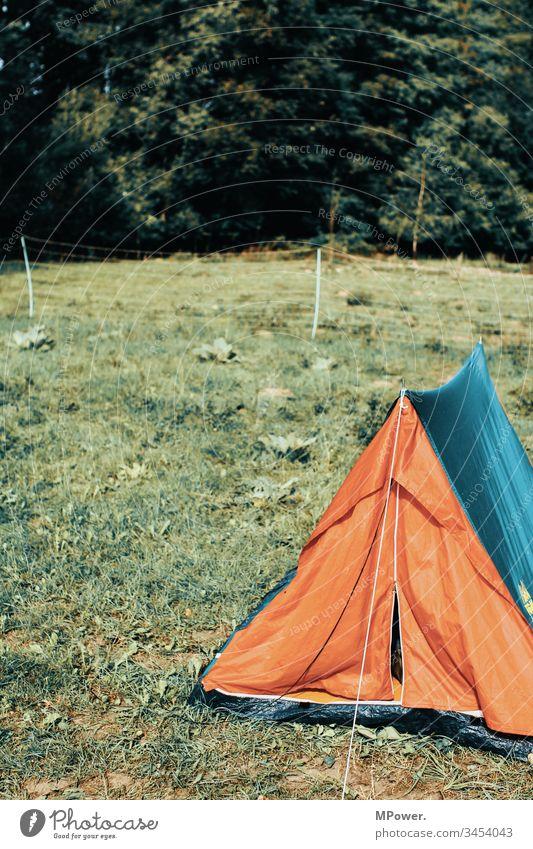 Camper Zelt zelten Camping Campingplatz Außenaufnahme Ferien & Urlaub & Reisen Abenteuer Farbfoto Tag Tourismus Sommerurlaub Erholung Ausflug Menschenleer