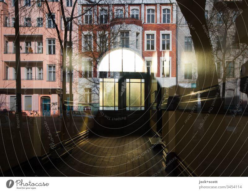 Eingang oder eine Reflexion der Fassade von gegenüber Weitwinkel Gegenlicht Lichterscheinung Reflexion & Spiegelung Silhouette Schatten Morgen Gedeckte Farben