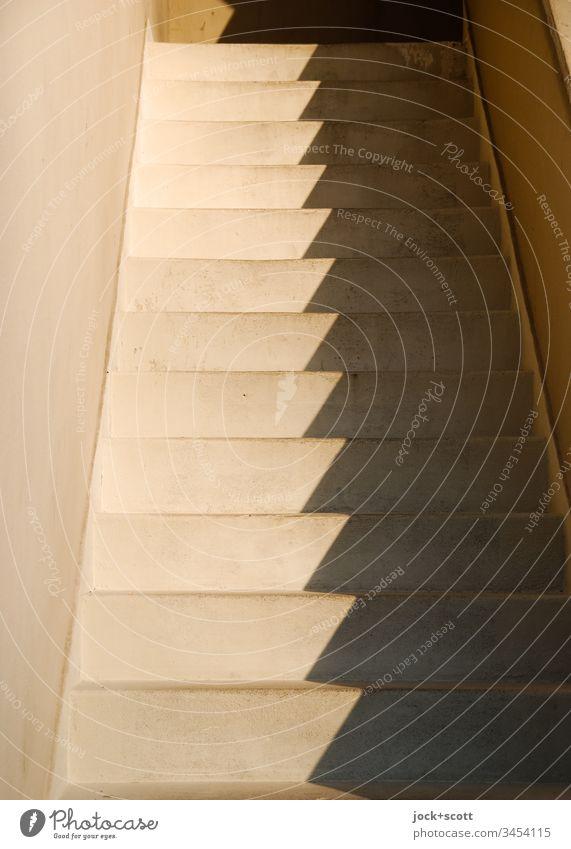 Zeit vergeht Schritt für Schritt Treppe eckig Wärme Ordnung Höhenunterschied Niveau Zickzack Schattenspiel abstrakt Strukturen & Formen Sonnenlicht