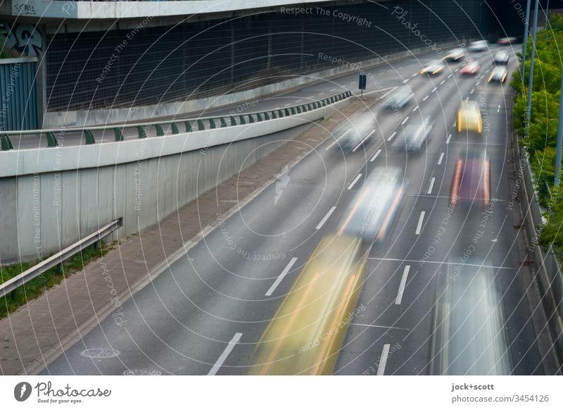 hier riecht's doch nach ... Abgasnorm Bewegungsunschärfe Langzeitbelichtung Gedeckte Farben utopisch Autobahnausfahrt hintereinander Kolonne Umweltverschmutzung