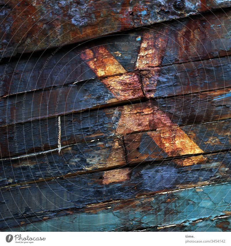 abgestorben | Planke X planke holz wrack bootswand verrottet alt trashig kaputt seeuntüchtig diagonal farbe buchstabe eisen rost