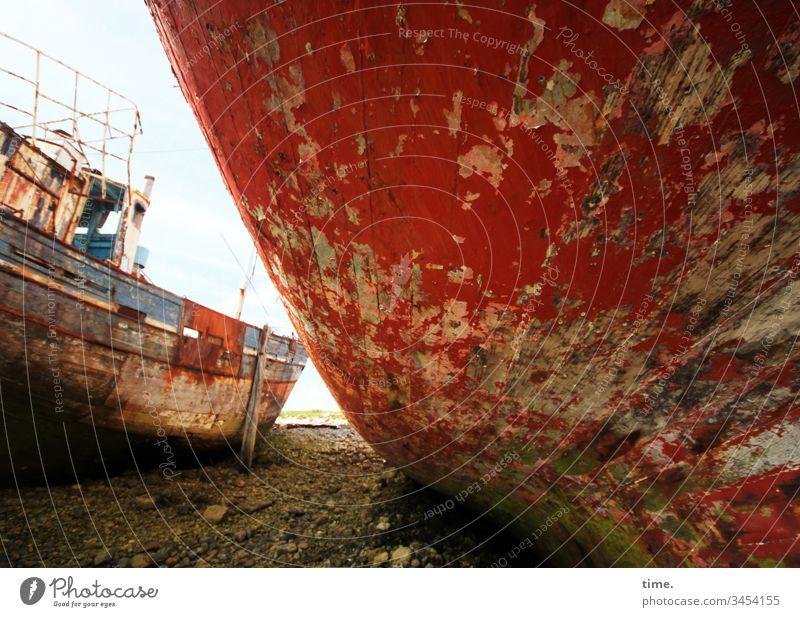 gar kein Verkehr mehr schiffswrack strand groß rot zwei schiffe steine kaputt trashig rost friedhof schiffsfriedhof holzplanken bootswand maritim