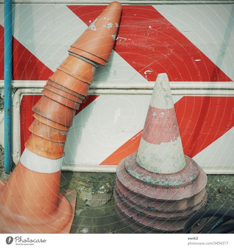 Hütchenspiel Straßenverkehr Schild Verkehrsschild Verkehrskegel Kegel rot weiß rot-weiß Stapel viele alt abgenutzt Zahn der Zeit Depot Farbfoto Menschenleer