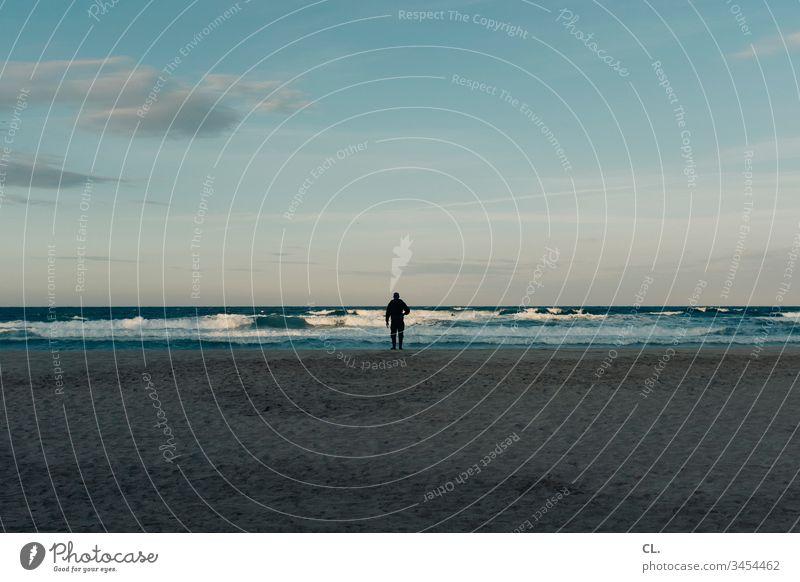 mann am meer Mann Person Mensch Erwachsene 1 stehen Meer Italien Himmel Schönes Wetter Blauer Himmel Strand allein Sand entspannung Ruhe Außenaufnahme Farbfoto