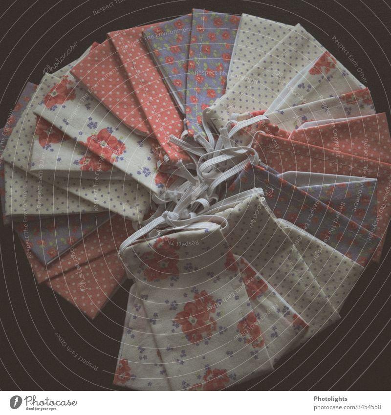 Behelfs-Mund-Nasen-Abdeckung selber nähen Stoff Stoffmuster Muster Nahaufnahme Nadel Nähen Handarbeit Nähmaschine Farbfoto Freizeit & Hobby Handwerk Beruf