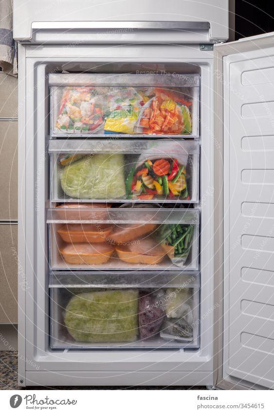 Offener Gefrierkühlschrank mit gefrorener Mahlzeit Gefrierfach Gemüse Fleisch offen frieren Lebensmittelgeschäft Quarantäne covid-19 Hausquarantäne Sortiment