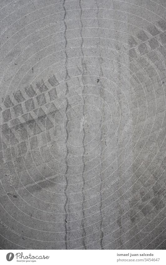 Radabdrücke auf dem grauen Grund druckt Boden abstrakt texturiert drucken neumatisch Spuren Außenaufnahme Hintergrund Muster Strukturen & Formen Verkehr Asphalt