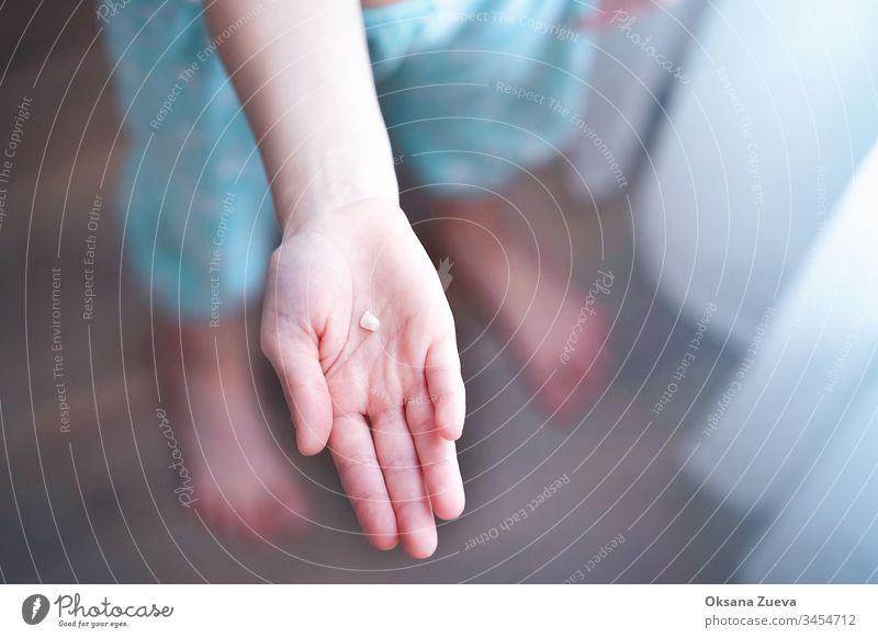 Milchzahn auf der Handfläche Erwachsener Hintergrund Pflege Kind Kindheit Kinder Nahaufnahme dental Zahnarzt herausgefallen Finger erste gestikulieren Wachstum