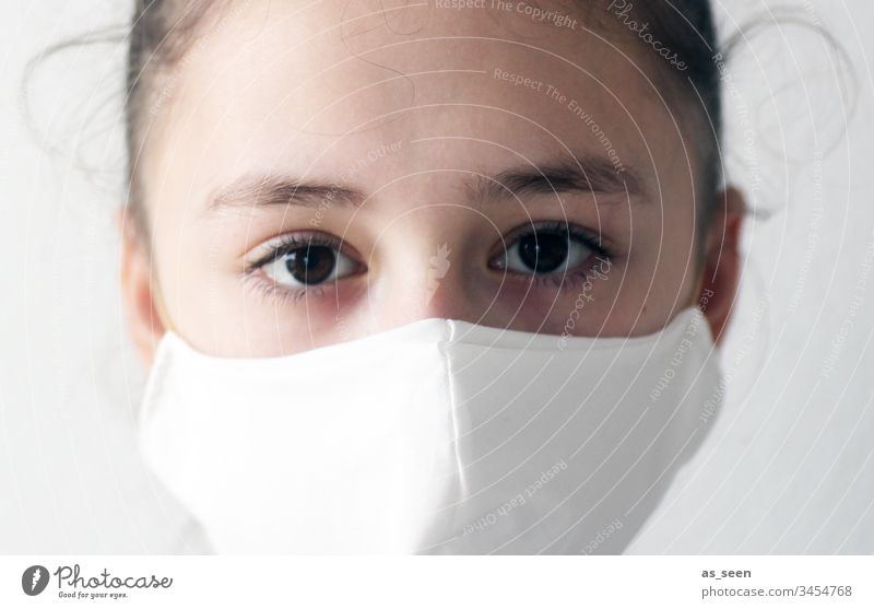 Mädchen trägt Mundschutz Atemschutz Atemschutzmaske Maske Mensch Farbfoto 1 Angst Schutz bedrohlich gefährlich Krankheit Coronavirus Infektionsgefahr Virus