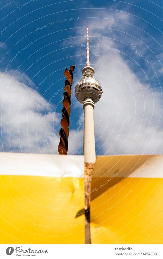 Fernsehturm mit Bohrer alex alexanderplatz architektur außen berlin city fernsehturm frühjahr frühling hauptstadt haus innenstadt menschenleer städtereise