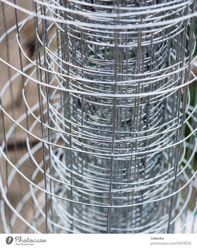 verdrillter Metallzaun aus Draht abstrakt mit Stacheln versehen Stacheldraht Barriere Borte Käfig Nahaufnahme Konstruktion Verteidigung Design Element Zaun grau