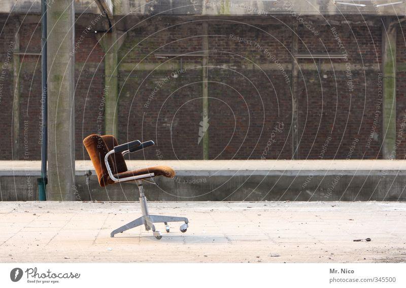 Der Letzte macht das Licht aus! alt Einsamkeit Gebäude Arbeit & Erwerbstätigkeit Business Lifestyle kaputt Wandel & Veränderung Baustelle Stuhl Fabrik Verfall