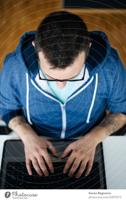 Freiberufler, die von zu Hause aus arbeiten Kaukasier Business Laptop Erwachsener Mann Büro Menschen jung Mitteilung Lifestyle gutaussehend Internet Computer