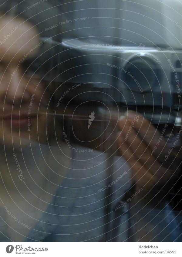 Im Spiegel Porträt Frau Bad Unschärfe Fotokamera blau-grau