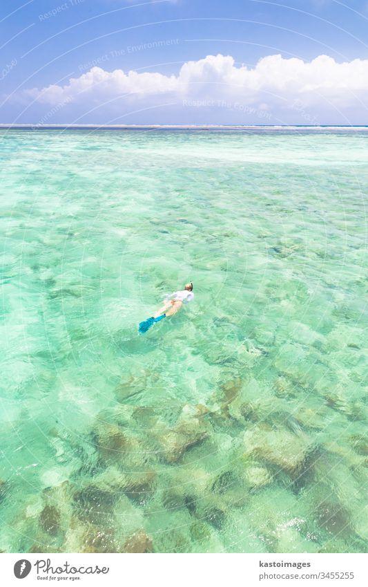 Frau beim Schnorcheln im türkisblauen Meer. Sansibar Mnemba tropisch Strand Wasser MEER Urlaub Mundschutz im Freien Natur reisen Insel Menschen Freizeit