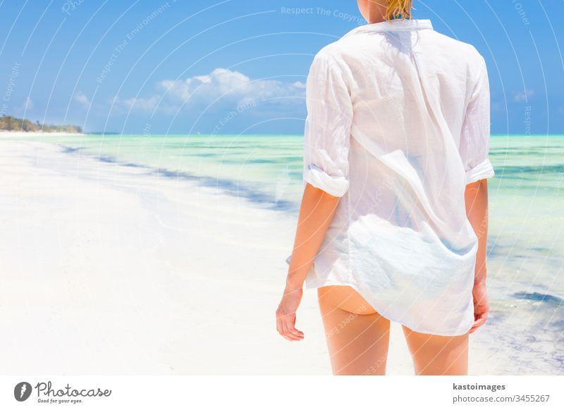 Frau am Strand in weißem Hemd. Sommer Feiertag reisen Urlaub Meer MEER jung Wasser schön Schönheit Freizeit Lifestyle Mädchen sich[Akk] entspannen Natur Sonne