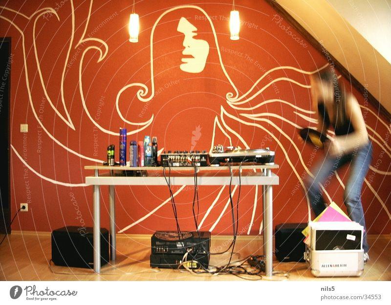 Partytime Aktion Diskjockey Disco rot Techno Mischung Langzeitbelichtung Bewegung 70er Stil Turntable orange Dancing Plattenteller Partystimmung