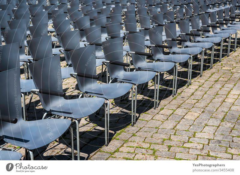 Leere Stühle in Reihen. Freiluft-Theaterplätze Deutschland Verlassen gealtert ausgerichtet Publikum Aula blau Business gestrichen Großstadt klassisch Komfort