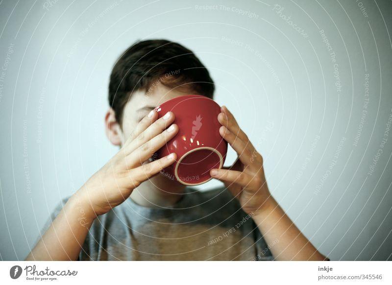 Schokomilch Ernährung Essen Frühstück trinken Schalen & Schüsseln Junge Kindheit Leben Kopf Hand 1 Mensch festhalten genießen lecker rot Gefühle Neigung
