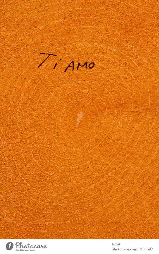 Ti amo, Liebe, Love geschrieben als Schriftzug auf einer gelben Wand in Italien. Liebeserklärung Italienisch Gefühle Verliebtheit Liebesbekundung Liebesgruß