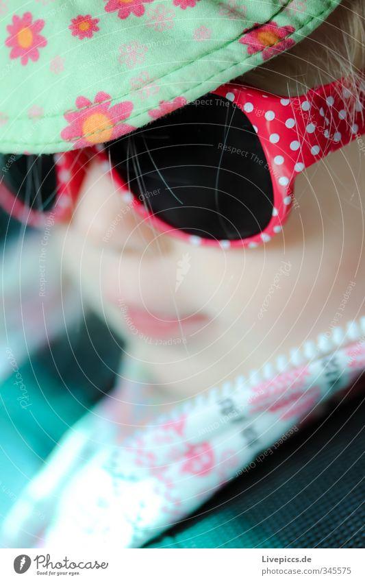 M.M.W. Mensch feminin Kind Kleinkind Mädchen Kopf 1 1-3 Jahre Brille Sonnenbrille Mütze Coolness frech schön listig Farbfoto Außenaufnahme Nahaufnahme