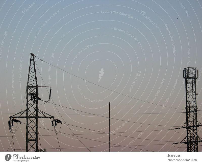 Spannung liegt in der Luft Elektrizität Strommast Dämmerung Elektrisches Gerät Technik & Technologie