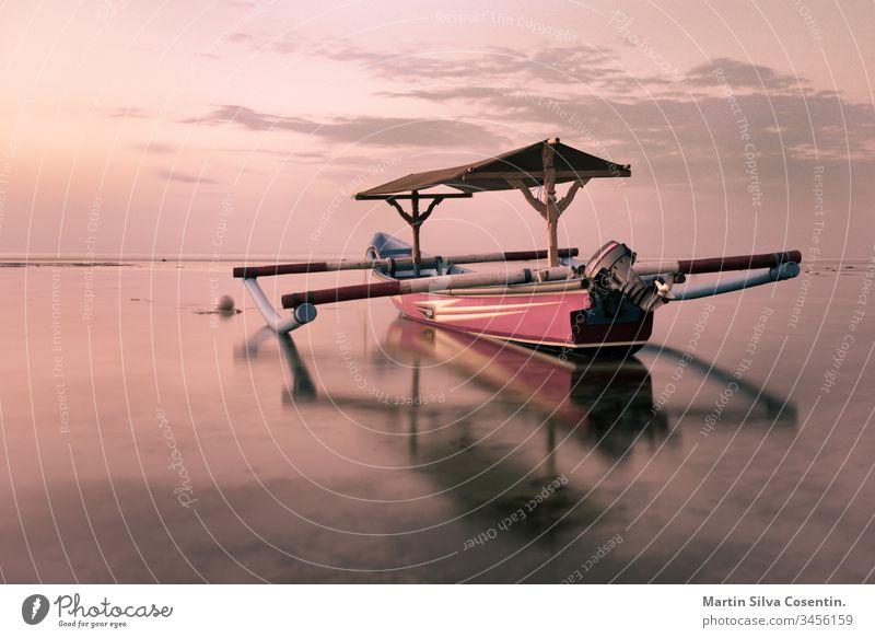 Boot im Sonnenuntergang in Pandang Pandang, Bali, Indonesien. Asien asiatisch Hintergrund Balinese Strand schön blau Boote Stuhl Küste Kultur Kulturen Abend