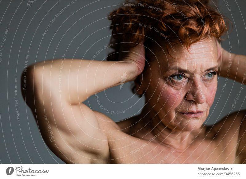 Reife Frau am Fenster, die über das Leben nachdenkt 60s Erwachsener Lebensalter gealtert Alterung allein schön Pflege Kaukasier Nahaufnahme Ansteckung