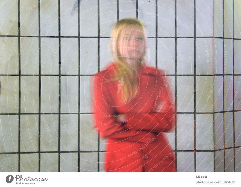 Trugbild Mensch Jugendliche rot Junge Frau Erwachsene 18-30 Jahre feminin Gefühle Bewegung Stimmung Geschwindigkeit gruselig Jacke Geister u. Gespenster
