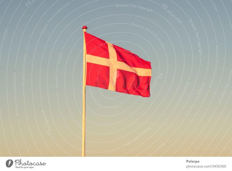 Dänische Flagge im Morgengrauen weht im Wind dänische Flagge unabhängig Freundschaft Material Identität Ausflugsziel reisen international Kopenhagen Patriotin