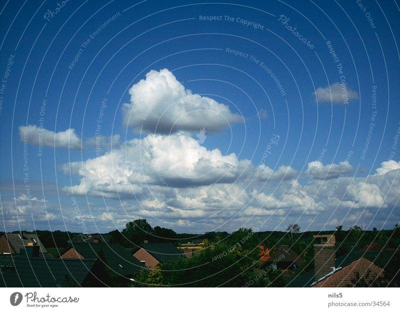 Auftürmende Wolken Himmel blau Haus Wolken Landschaft Ebene Kumulus Wohnsiedlung