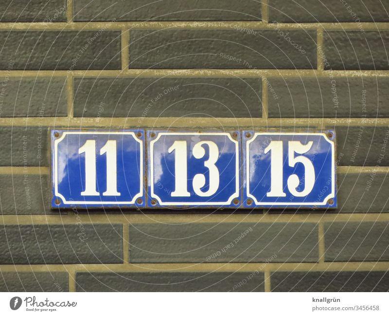Drei dicht nebeneinander angeschraubte blau emaillierte Hausnummern mit weißen Zahlen 11, 13 und 15 Hausnummernschild Ziffern & Zahlen Emailleschild