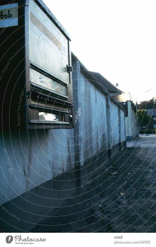 Dreckig, Dreckiger, Zigarettenautomat alt Wand Mauer Wege & Pfade braun Umwelt dreckig Erde obskur schäbig Ekel Zigarettenautomat