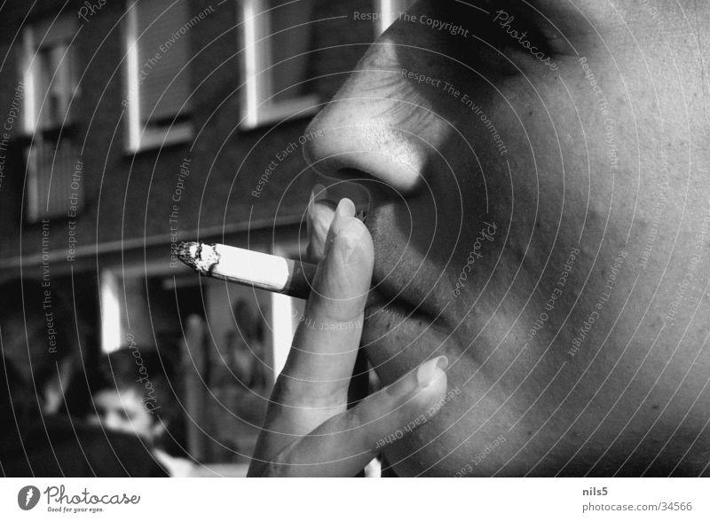 Rauchen - warum mache ich das? Frau weiß Gesicht schwarz Denken Zigarette Fingernagel Brandasche Glut