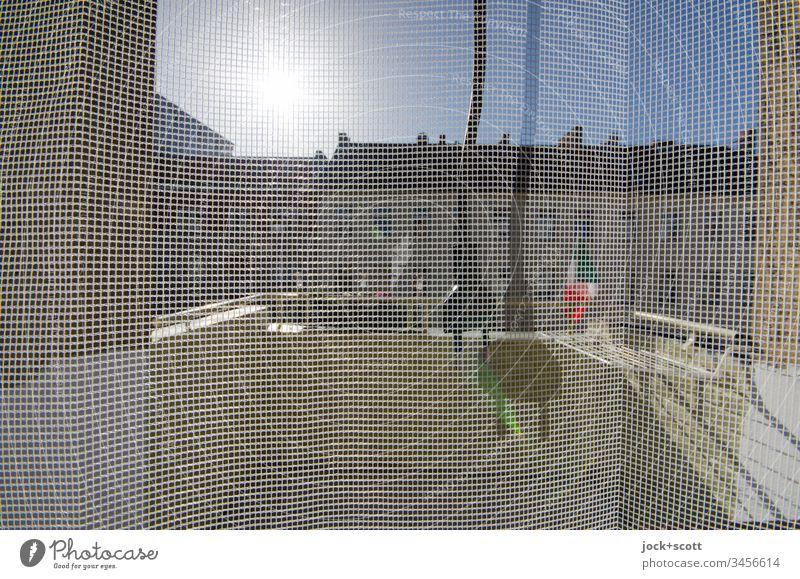 Sonnenenergie durch Netzstecker auf Balkon Fliegengitter Strukturen & Formen Lifestyle Häusliches Leben Fassade Sonnenlicht Silhouette Doppelt Schattenspiel