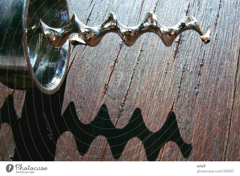 Korkenzieher Holz glänzend Wendeltreppe Spirale Schraube Drehung Reflexion & Spiegelung Flaschenöffner Alkohol Schatten Maserung Metall Spitze