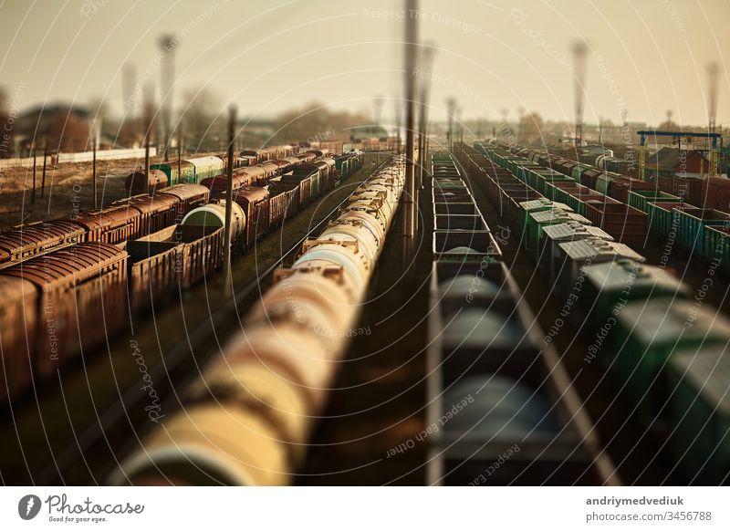 Güterwagen am Bahnhof. Draufsicht auf die Güterzüge. Waggons mit Gütern auf der Bahn. Schwerindustrie. Industrielle Konzeptszene mit Zügen. selektiver Fokus