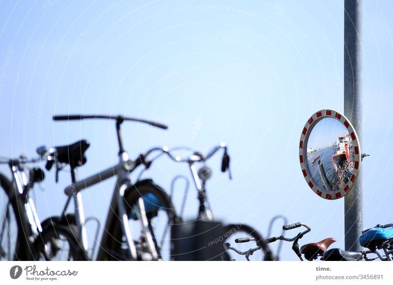 fiets en verboot fahrrad parkplatz spiegel fähre wasser stellplatz sonnenlicht fahrradlenker spiegelung himmel schönes wetter