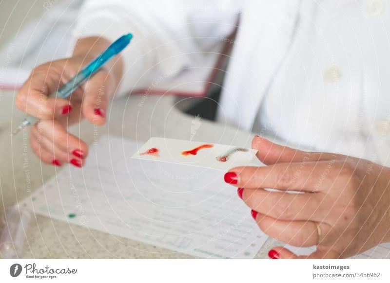Blutgruppenbestimmung. Spender Blutspende Medizinischer Test Gesundheitswesen Geldgeschenk Labor Transfusion medizinisch Krankenhaus Analysieren Kompetenz